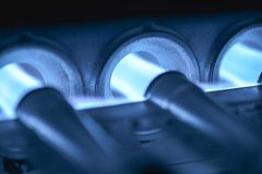 Energie-Konzept - Brenner angezündet mit hochrotem Blau  Stockbild