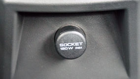 Energie oder Sockelsteckertelefon im Auto Stockfotos