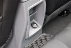 Energie oder Sockelsteckertelefon im Auto Lizenzfreie Stockbilder