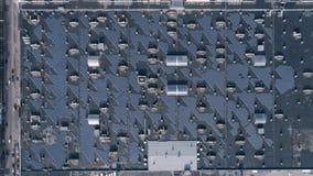 Energie opwekkende technologie, extractie van elektriciteit door zonnepanelen op dak van huis in openlucht stock footage