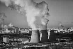 Energie Rook van schoorsteen van elektrische centrale of post Industrieel landschap Royalty-vrije Stock Fotografie