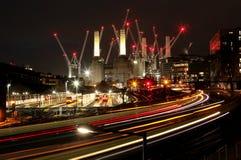 Energie Staton Londons Battersea nachts mit Zügen und Kränen lizenzfreie stockbilder