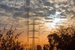 Energie-Turm, bewölkter Himmel während des Sonnenuntergangs Stockbild
