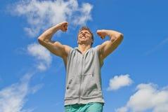 Energie- und glücklicher junger Mann Stockfoto