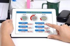 Energie verwendete Informationen über Tablette Lizenzfreie Stockfotografie