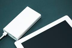 Energiebank und -laptop Lizenzfreie Stockfotografie