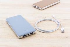 Energiebank und USB-Kabel für Smartphone Stockfotos