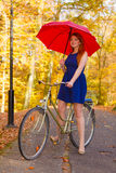 Energiedame auf dem Fahrrad Stockfoto