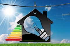 Energieeffizienz - vorbildliches House mit Glühlampe Stockbild