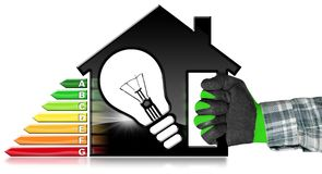 Energieeffizienz - vorbildliches House und Glühlampe Lizenzfreies Stockfoto