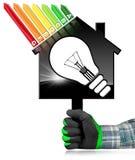 Energieeffizienz - vorbildliches House und Glühlampe Lizenzfreies Stockbild