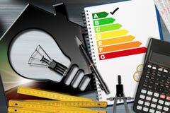 Energieffektivitetsvärdering med räknemaskinen och huset arkivfoton