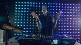 Energiek DJ die bij de mixer werken stock footage