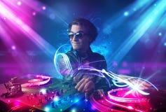 Energiek DJ die muziek mengen met krachtige lichteffecten vector illustratie