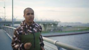 Energiek, uitgeput ras om uw fysieke duurzaamheid uit te dagen stock video