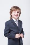 Energieke jonge succesvolle zakenman in het klassieke kostuum glimlachen Stock Foto's