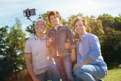 Energieke verbazende mensen die familie van weekend genieten Stock Afbeelding