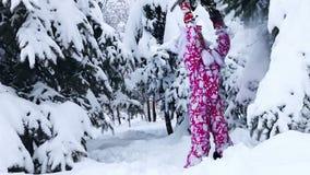 Energiekind im Winterschnee im Freien auf Weg stock footage