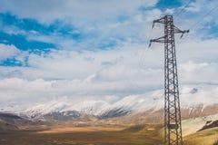 Energiepfosten und ein Tal Stockfoto