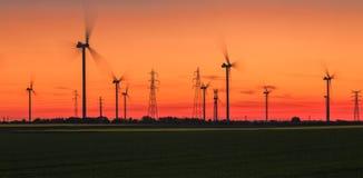 Energiesonnenuntergang - Wind-Energie Stockfoto