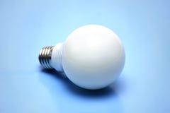 Energiesparende Birne auf blauem Hintergrund Stockfoto