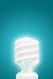 Energiesparende Glühlampe auf blauem Hintergrund Lizenzfreie Stockfotos