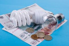 Energiesparende Lampe und Geld Lizenzfreie Stockbilder