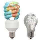 Energiesparende Lampe und normale Lampe. Stockbilder