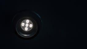 Energiesparender geführter Scheinwerfer mit erweitern sich oben in der Decke in der Dunkelheit Stockfoto