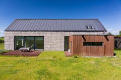 Energiesparendes Haus bedeckt mit Kieseln stockbild