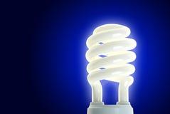 Energiesparlampe auf Blau Lizenzfreie Stockbilder