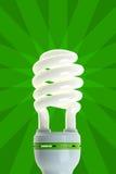Energiesparlampe auf Grün Stockfotografie
