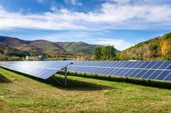 Energii Słonecznej roślina w Halnym krajobrazie zdjęcia royalty free