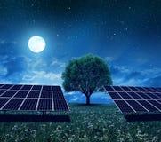 Energii słonecznej stacja na łące w nocy Fotografia Royalty Free