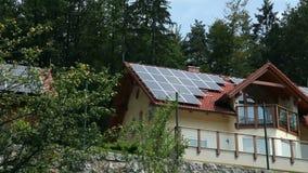 Energii słonecznej stacja na pięknej domowej pobliskiej naturze zbiory wideo