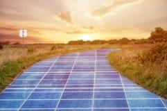 Energii słonecznej stacja w niebieskim niebie na drodze zdjęcie royalty free