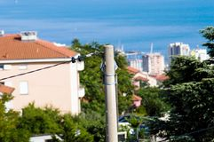 Energipolslut upp med port av Rijeka i bakgrund Royaltyfri Fotografi