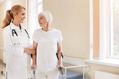 Energische ältere Dame, die von Beinverletzung sich erholt stockfotografie