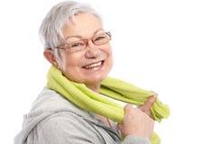 Energische alte Frau, die nach Training lächelt lizenzfreie stockfotos