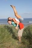 Energische junge Paare, die Spaß in den Dünen haben Lizenzfreie Stockbilder
