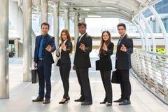 Energische junge Wirtschaftler, drei Geschäftsmänner und zwei Busine lizenzfreie stockfotografie