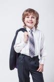 Energischer junger erfolgreicher Geschäftsmann mit einer Jacke über seinem SH Lizenzfreies Stockbild