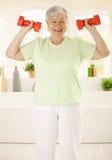 Energisches älteres Frauentraining zu Hause Stockbilder