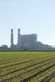 Energiutvecklingsväxt bak lantgård Fotografering för Bildbyråer