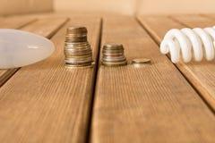 Energooszczędna lampa vs płonąca światła Pojęcie energia obrazy royalty free