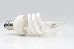 Energooszczędna lampa przed zwyczajne lampy Obraz Stock