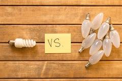 Energy-saving Lamp versus Gloeiende lamp Het concept energie Stock Afbeeldingen