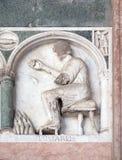 Enero, detalle del bajo-alivio que representa el trabajo de los meses del año, catedral en Lucca, Italia Imagen de archivo libre de regalías