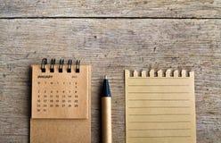 enero Hoja del calendario en fondo de madera Imagenes de archivo