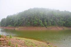 Enevoado e chovendo na manhã em Pang Ung em Mae Hong Son Imagens de Stock Royalty Free